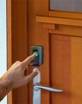 sensor de huellas dactilares en una puerta doméstica